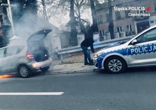 Dwójka dzieci w palącym się aucie. Pomógł patrol policji konnejZobacz kolejne zdjęcia. Przesuwaj zdjęcia w prawo - naciśnij strzałkę lub przycisk NASTĘPNE