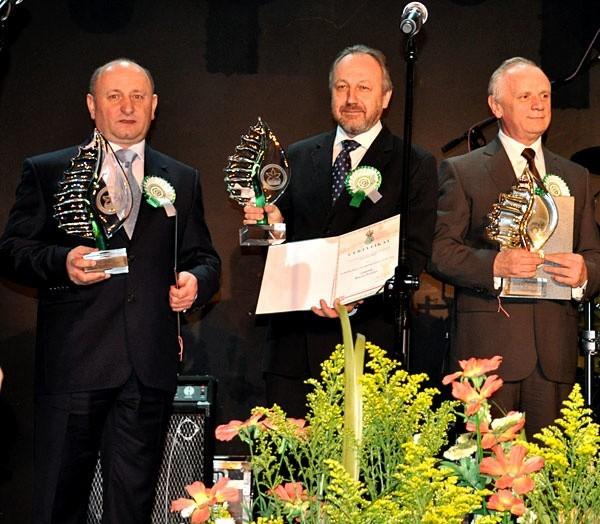 Marian Kurasz, z – ca burmistrza Sanoka (pierwszy od lewej) odebrał statuetkę i certyfikat podczas uroczystej gali w Warszawie.