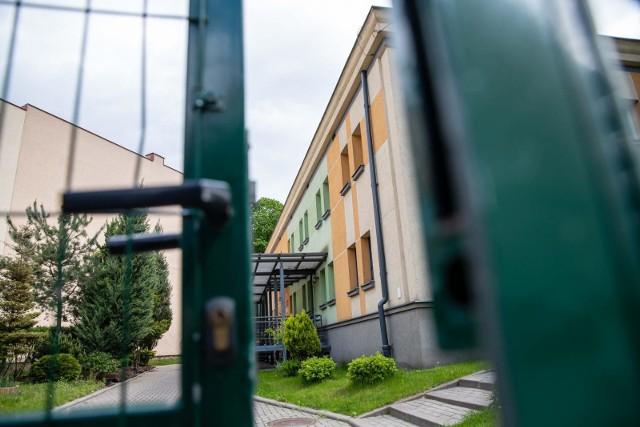 Koronawirus w Tomaszowie Maz. We wtorek działalność mają wznowić dwa przedszkola w Tomaszowie Maz. Były zamknięte przez kilka dni, po tym jak u jednego z pracowników stwierdzono zakażenie koronawirusem. CZYTAJ DALEJ NA NASTĘPNYM SLAJDZIE