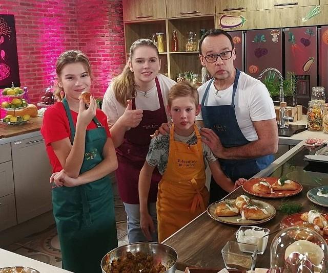 """Sandrę Wawer ze Strzelna (na zdjęciu [pierwsza z lewej) będziemy mogli zobaczyć m.in. w programie """"Zaloguj się w kuchni"""", emitowanych w pasmie TVP 3 w ramach cyklu """"Ferie z TVP"""""""