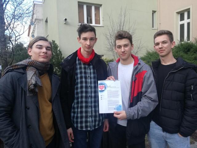 Od lewej: Igor, Łukasz, Kamil i Jan (na zdjęciu nie ma Roksany) chcą przekonać swych rówieśników do zdrowego stylu życia.