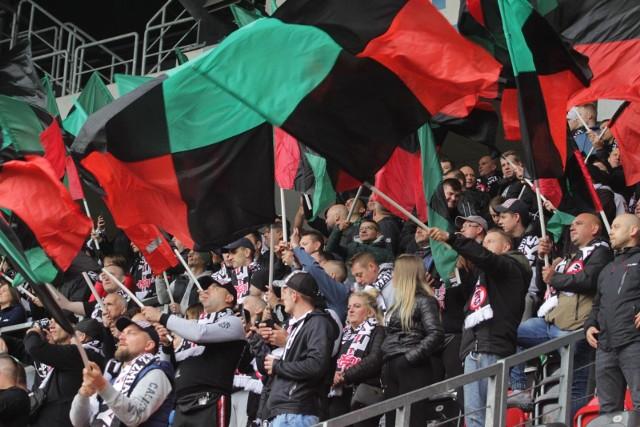 19.09.2021 r. Kibice na meczu GKS Tychy - Widzew Łódź.  Zobacz kolejne zdjęcia. Przesuwaj zdjęcia w prawo - naciśnij strzałkę lub przycisk NASTĘPNE