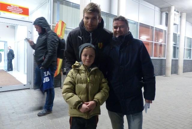 Bartosz Rymaniak po meczu spotkał się z Mikołajem i jego tatą Krzysztofem.