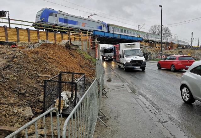 Trwają prace związane z przebudową al. 29 Listopada. W ramach inwestycji przebudowywany jest m.in. wiadukt kolejowy nad drogą.