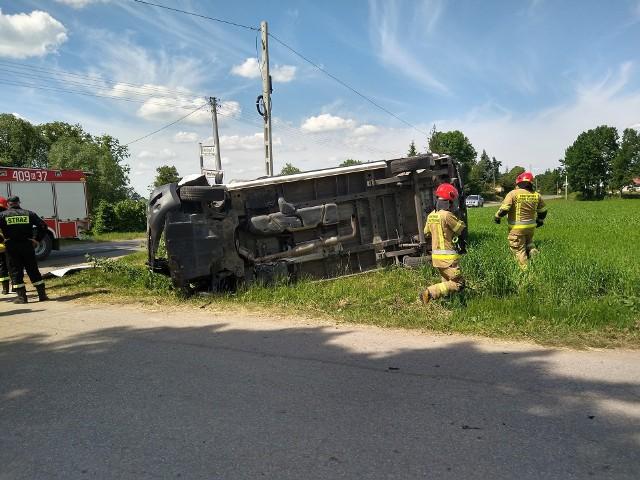 Netta Pierwsza. Wypadek na drodze powiatowej. Jedna osoba ranna po zderzeniu ciężarówki z busem