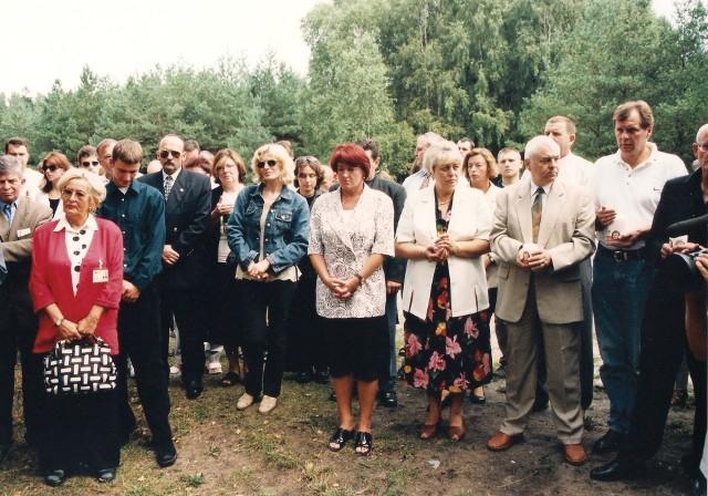 Przyjaciele Władysława Komara i Tadeusza Ślusarskiego przy obelisku w miejscu śmierci sportowców w rok po tragicznym wypadku. W środku Erwina Ryś-Ferens, wybitna polska panczenistka.