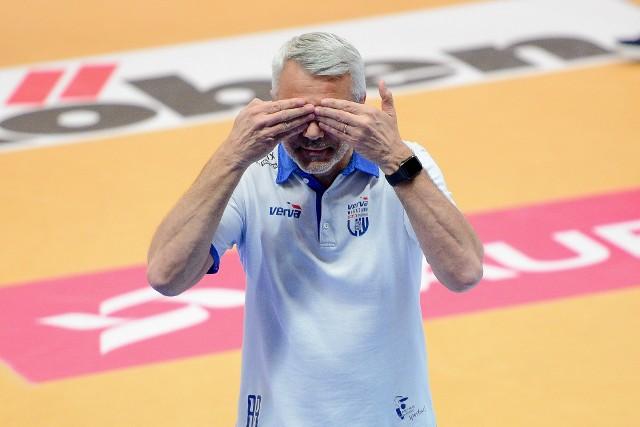 Trener Vervy Andrea Anastasi w pierwszym i trzecim secie nie mógł patrzeć na grę swojej drużyny