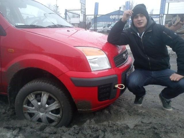 Adrian Hołownia pomógł wyciągnąć forda