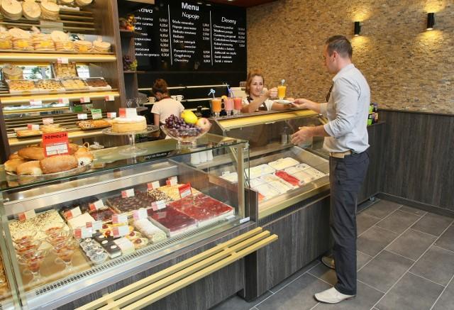 Nowoczesne wnętrze kawiarni należącej do sieci Piekarni Pod Telegrafem utrzymane jest w tonacji czarno-szaro-złotej.