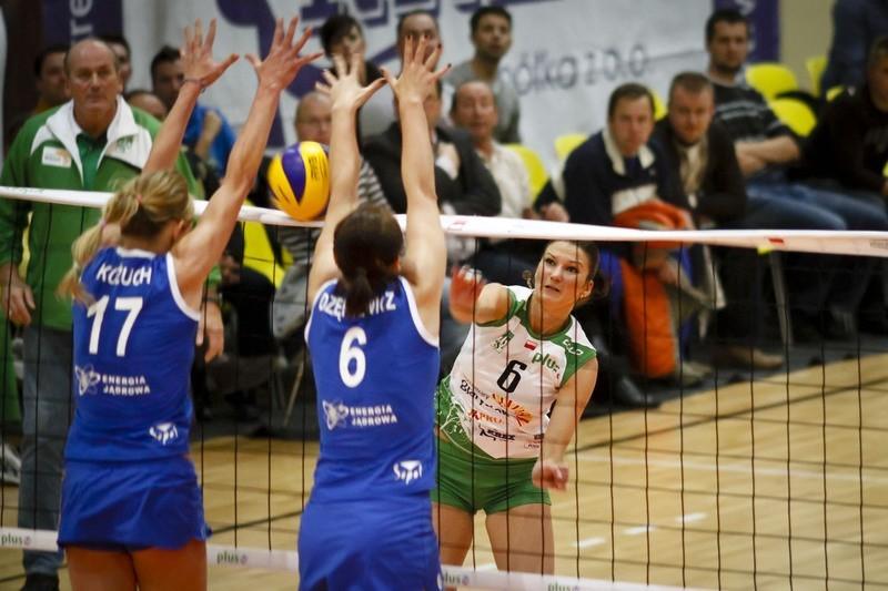 Dominika Sieradzan walczy z podwójnym blokiem Małgorzaty Kożuch (nr 17) i Eleonory Dziękiewicz.