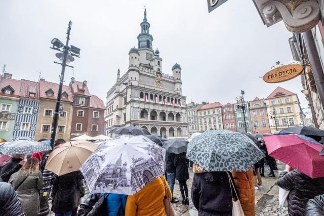 Wrzesień, czyli koniec lata nie musi być nudny i przygnębiający. Co prawda jesień nadchodzi coraz żwawszym tempem, ale zanim włączymy w domach i mieszkaniach kaloryfery, które corocznie przypominają nam o mijającym czasie i żółtych, jesiennych liściach, to warto ostatni raz w 2021 roku poczuć letni powiew wiatru i wielkopolskich atrakcji. Ilość wydarzeń przygotowanych zarówno w Poznaniu, jak i w pozostałych miastach Wielkopolski trafi w przeróżne gusta, od miłośników jarmarków, po koncertowiczów, na fanach kultury ludowej kończąc.Sprawdź najciekawsze sierpniowe wydarzenia --->
