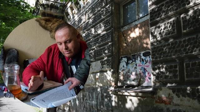 Michał Pazowski został ostatnim lokatorem w kamienicy przy ul. Brzozowej 16, która jest w katastrofalnym stanie.