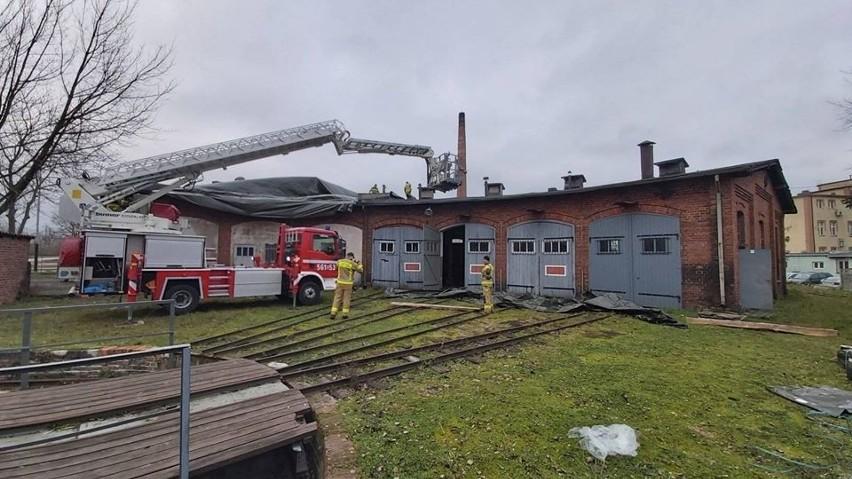 W dachu jednego z budynków Żnińskiej Kolei Powiatowej powstały dziury. Strażacy pomogli założyć plandeki [zdjęcia]