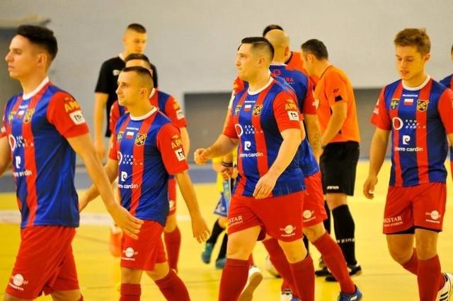 Dwaj nasi przedstawiciele w 1 lidze futsalu zakończyli sezon towarzyskim spotkaniem z najlepszą niemiecką drużyną - VfL 05 Hohenstein-Ernstthal. Zarówno piłkarze Odry Opole, jak i Berlandu Komprachcice musieli uznać jej wyższość. Okoliczności ich niepowodzeń były jednak różne.Najpierw swoich sił próbowali opolanie, którzy zakończyli ligowe zmagania na drugim poziomie rozgrywkowym na szóstej pozycji. Do przerwy szło im bardzo dobrze, ponieważ po bramce Adama Kroka (na zdjęciu) prowadzili 1-0. W drugiej połowie trafiali już jednak tylko goście. Uczynili to trzy razy.Znacznie gorzej poszło ekipie z Komprachcic, która zmagania ligowe zakończyła tuż nad Odrą, na piątej lokacie. Ona również zdobyła z mistrzem Niemiec jedną bramkę, autorstwa Rafała Gawina, ale dała sobie strzelić aż dziewięć.