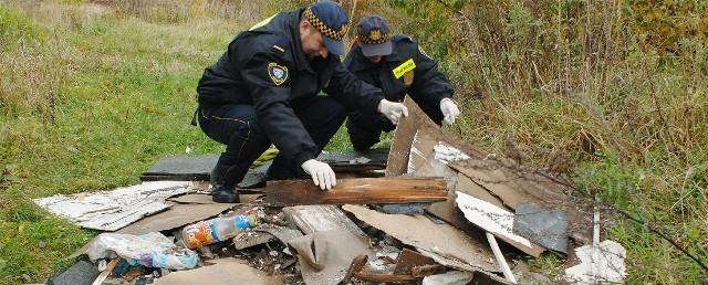 – Nie ma mowy o pouczeniu. W takich przypadkach jesteśmy bezwzględni – zapewniają strażnicy przeszukujący wysypisko przy ul. Sarzyńskiej.