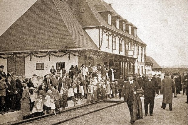 Tak wyglądały uroczystości z okazji oddania do użytku dworca w Zimnej Wódce w latach 30. XX wieku.
