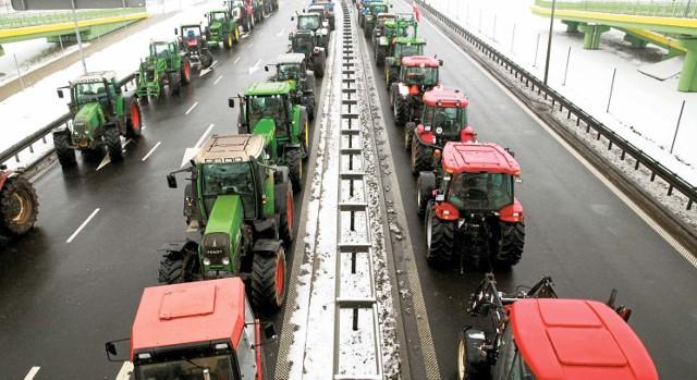Blokada krajowej ósemki w Porosłach - rolnicy sfrustrowani byli tragiczną sytuacją na rynku trzody chlewnej oraz spadającymi cenami mleka