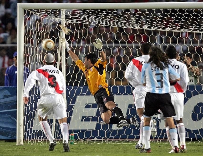 Piłka po strzale Argentyńczyka Carlosa Teveza ląduje w siatce drużyny gospodarzy.