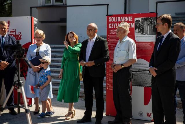 Białystok.  Otwarcie wystawy upamiętniającej 40. rocznicę powstania Solidarności