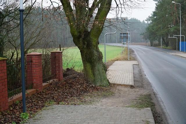 Chodnik wzdłuż ulicy Daszewickiej w Poznaniu kończy się przy ostatnich zabudowaniach miasta. Dalej rośnie okazałe drzewo, a za nim… znów możesz dojść do Daszewic niedawno wybudowanym chodnikiem wzdłuż ulicy Poznańskiej. Mieszkańcy kpią z tej kuriozalnej sytuacji i zastanawiają się, dlaczego dwie sąsiednie gminy nie potrafią porozumieć się w tak prostej sprawie. Kolejne zdjęcie --->