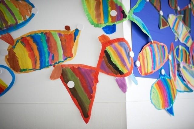 Ściana pokryta produktem Magic Board SystemJeśli w danym momencie dziecko zechce zmienić wygląd magicznej tablicy, wystarczy że zdjmie z niej przyczepione elementy i całą powierzchnię zmyje wilgotną szmatką.