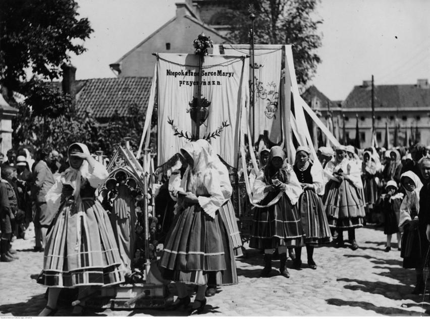 Łowicz, 1928. Kobiety w strojach ludowych podczas procesji...