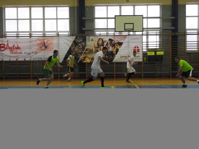 Radosław Pawluczuk (żółta koszulka) z zespołu Adek strzelił trzy bramki rywalom