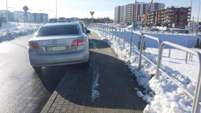 Kierowca taksówki i jego sąsiedzi notorycznie utrudniają ruch na ulicy Bieckiej w Rzeszowie. Zajmują jeden z dwóch pasów ruchu, przez co na ulicy nie mogą się minąć dwa samochody. Kiedy parkują bliżej barierek, matki z wózkami są zmuszone chodzić po jezdni. Auta uniemożliwiają także odśnieżenie jezdni i chodnika przez pojazdy miejskich służb. W tym czasie miejsca parkingowe w odległości 100-200 metrów od bloku stoją wolne.
