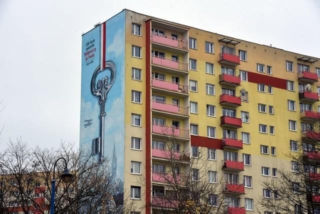 Okolicznościowy mural można oglądać na jednej ze ścian wieżowca przy ul. Karpackiej 39 c