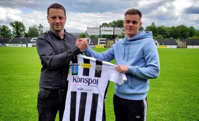 Sandecja pochwaliła się swoim nowym piłkarzem. Został nim obrońca Jakub Wawszczyk (z prawej)