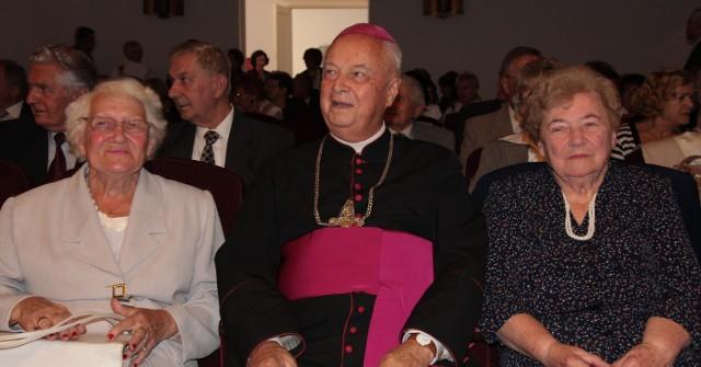 Adela Stojanowska – Han (z lewej), Władysława Czarkowska to nauczycielki tajnego nauczania, a ks. bp. Adam Dyczkowski był uczniem tajnych kompletów. Teraz spotkali się na uroczystości z okazji 70-lecia TON.