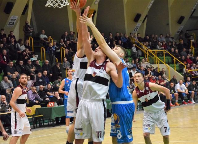 Dziś koszykarze Domino Inowrocław (białe stroje) zmierzą się z drużyną Arki AMW Gdynia