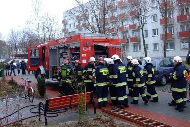 Strażacy pomogli ludziom wyjść z zadymionego bloku.