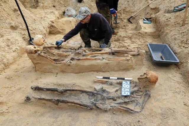 Koniec ekshumacji na Glinkach. Z trzech masowych grobów wydobyto wtedy szczątki trzech tysięcy ofiar radzieckiego obozu, który tu działał do wiosny 1945 roku