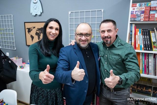 Członkowie Stowarzyszenia Skrzydlaci Dzieciom i dyrektor szpitala Bartosz Stemplewski.