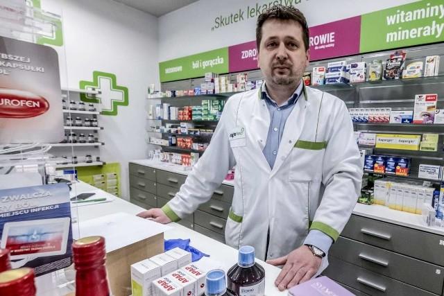 - Przychodźcie do aptek w maseczkach. Szyby, które zamontowaliśmy w większości naszych aptek nie uratują sprzedających przed ewentualnym zakażeniem. Chcemy wypełniać swoją misję i pracować – nie tracić czas na kwarantannie - mówi Marcin Staniewski, właściciel dwóch aptek i farmaceuta z Poznania.