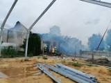 Mystki-Rzym. 12 zastępów straży pożarnej przez ponad siedem godzin walczyło z pożarem stodoło-obory [ZDJĘCIA]
