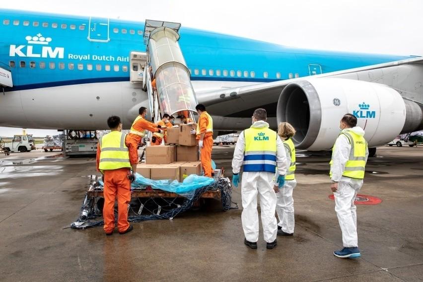 Zamiast pasażerów, w kabinie podróżują paczki. Tak linie KLM realizują nowatorski pomysł w czasie pandemii