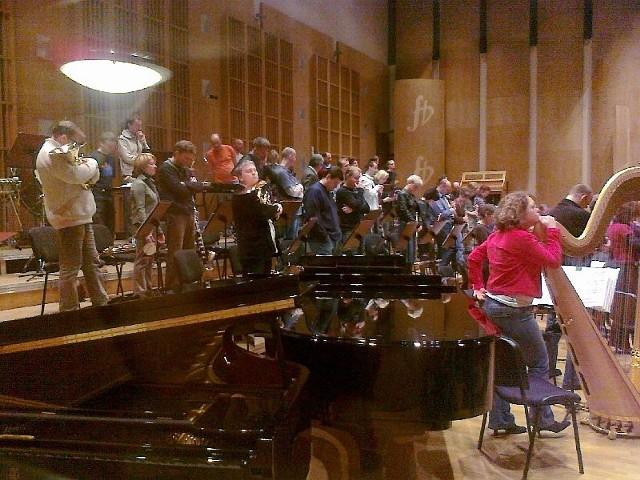 Orkiestra stoi i milczy
