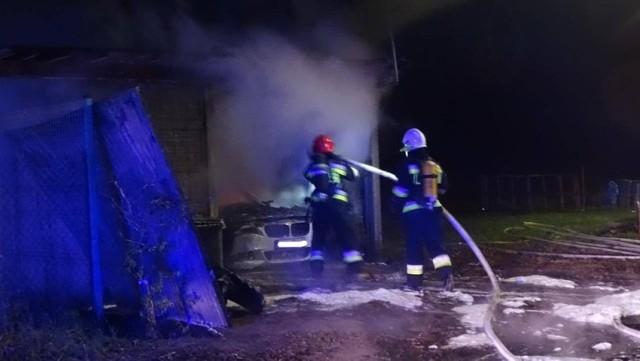 We wtorek, 1 grudnia przed godz. 22.30 w miejscowości Niałek Wielki koło Wolsztyna wybuchł pożar. Palił się samochód marki BMW stojący w garażu. Zobacz więcej zdjęć ---->