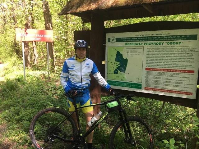 """Adam Bolek na rowerze odwiedził między innymi rezerwat """"Obory"""" w okolicach Konstancina - Jeziornej."""