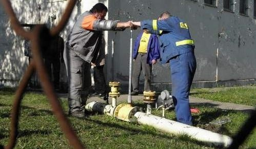 Pracownicy PGNiG zakręcają gaz w hucie