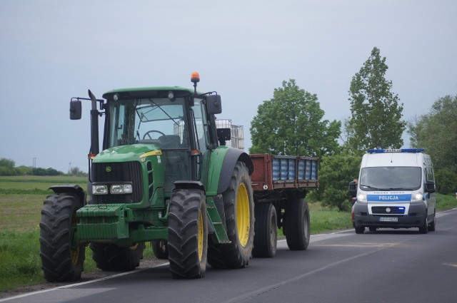 Śmiertelny wypadek w Leszczynku pod Kutnem. Motocyklista uderzył w przyczepę ciągnika
