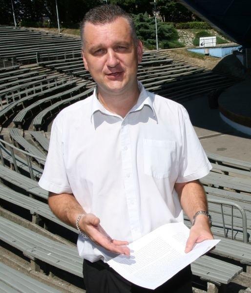 Wsparcie sportu i klubów jest na żenująco niskom poziomie - ocenia radny Arkadiusz Szymański.