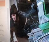 Seria włamań do sklepów w Kostrzynie nad Odrą. Do Żabki przy ul. Dworcowej sprawca włamał się już po raz drugi! Rozpoznajesz go?