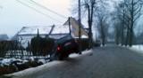 Ślizgawica na drogach. Auta w rowach, utknęła ciężarówka