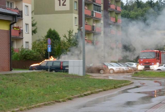 W piątek w godzinach popołudniowych na parkingu przy blokach przy ul. Gajowej doszło do pożaru samochodu.