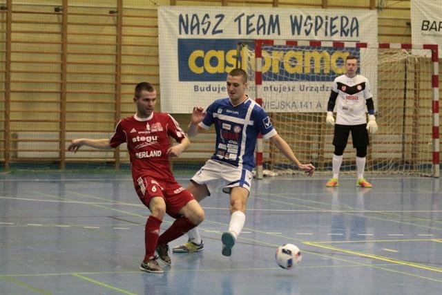 Wiele wskazuje na to, że Rafał Ożóg (z prawej) i jego koledzy z Gredaru Brzeg nadal będą grać na poziomie 1 ligi rywalizując m.in. z Dominikiem Dorą (z lewej) z Berlandu Komprachcice.