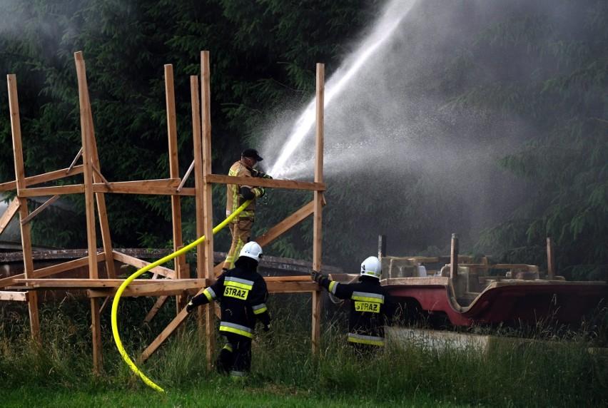 Olbrzymi pożar wybuchł w zakładzie produkującym łodzie i jachty niedaleko Chojnic. Policjanci ustalają przyczyny. Zdjęcia