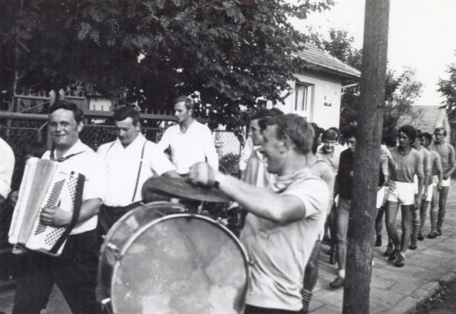 Rok 1973: uczestnicy meczu  Kawalerowie – Żonaci, w którym nagrodą dla zwycięzców była beczka piwa; zdjęcie ze zbiorów Romana Markota